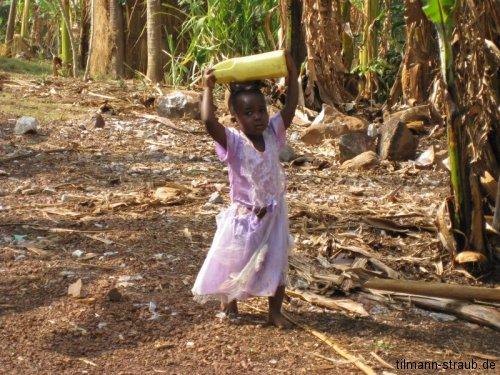 Mädchen beim Wassertragen
